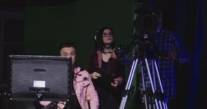 Equipo de la producción que tiene una discusión metrajes
