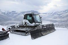 Equipo de la retirada de la nieve de la paleta en las montañas de Foto de archivo libre de regalías