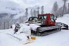 Equipo de la retirada de la nieve de la paleta en las montañas de Imagen de archivo libre de regalías