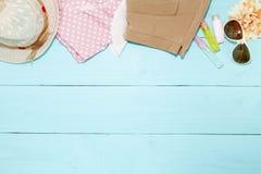 Equipo de la ropa y de accesorios de la mujer en backgroun de madera azul Imagen de archivo libre de regalías