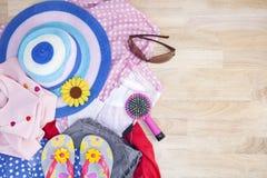 Equipo de la ropa y de los accesorios en fondo de madera, ess de la mujer Foto de archivo libre de regalías