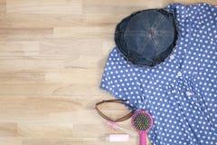 Equipo de la ropa y de los accesorios en fondo de madera, ess de la mujer Imagen de archivo