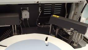 Equipo de laboratorio médico moderno almacen de video