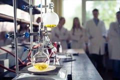 Equipo de laboratorio para la destilación Separación de las sustancias componentes de mezcla líquida con la evaporación y la cond Foto de archivo libre de regalías