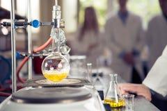 Equipo de laboratorio para la destilación Separación de las sustancias componentes de mezcla líquida con la evaporación y la cond Fotos de archivo libres de regalías