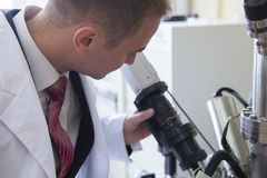 Equipo de laboratorio para los experimentos científicos Fondo industrial abstracto imagen de archivo