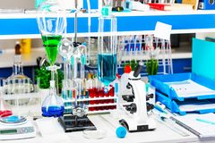 Equipo de laboratorio químico imágenes de archivo libres de regalías