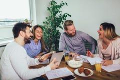 Equipo de lanzamiento acertado en el entrenamiento Equipo del negocio que trabaja en estrategia de marketing imágenes de archivo libres de regalías