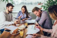 Equipo de lanzamiento acertado en el entrenamiento Equipo del negocio que trabaja en estrategia de marketing foto de archivo