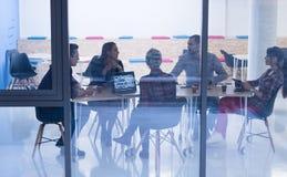 Equipo de lanzamiento del negocio en la reunión en la oficina moderna foto de archivo libre de regalías