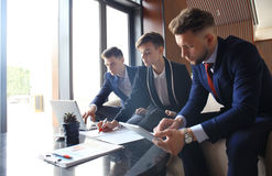 Equipo de lanzamiento del negocio en la reunión en la reunión de reflexión interior de la oficina brillante moderna, el funcionam Fotografía de archivo libre de regalías