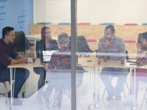 Equipo de lanzamiento del negocio en la reunión en la oficina moderna Fotografía de archivo
