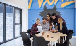 Equipo de lanzamiento del negocio en la reunión en la oficina moderna Foto de archivo