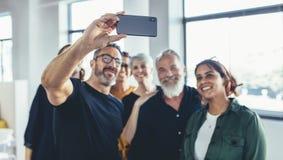 Equipo de lanzamiento que toma el selfie imágenes de archivo libres de regalías
