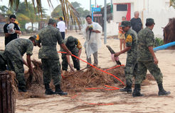 Equipo de limpieza del ejército en el huracán Ernesto de Mahahual Imagenes de archivo