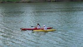Equipo de los aficionados de rowing en el río de Arno almacen de metraje de vídeo
