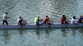 Equipo de los aficionados de rowing en el río de Arno almacen de video