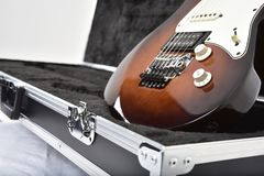 Equipo de los efectos de la guitarra en el fondo blanco fotos de archivo libres de regalías