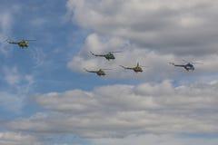 Equipo de los helicópteros MI-2 que realizan elementos en aire delante de espectadores durante el acontecimiento deportivo de la  Imágenes de archivo libres de regalías