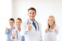 Equipo de los jóvenes o grupo profesional de doctores fotografía de archivo libre de regalías