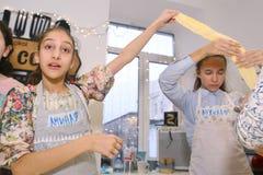 Equipo de los niños del adolescente que cocina divirtiéndose Fotografía de archivo