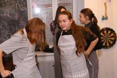 Equipo de los niños del adolescente que cocina divirtiéndose Imagenes de archivo