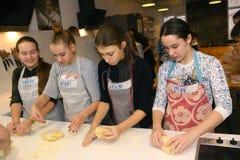Equipo de los niños del adolescente que cocina divirtiéndose Imágenes de archivo libres de regalías