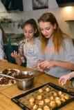 Equipo de los niños del adolescente que cocina divirtiéndose Fotos de archivo libres de regalías
