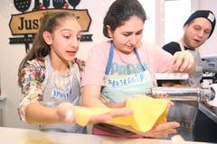 Equipo de los niños del adolescente que cocina divirtiéndose Fotografía de archivo libre de regalías