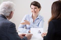 Equipo de los recursos humanos durante entrevista de trabajo imagen de archivo libre de regalías