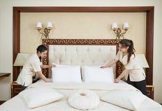 Equipo de mujer de la camarera en el servicio de hotel Imagen de archivo libre de regalías