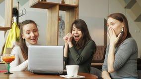Equipo de mujeres acertado en centro coworking: leyendo un mensaje con buenas noticias en ordenador portátil entonces un donante  imagenes de archivo