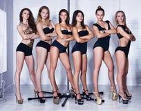Equipo de mujeres de la danza de poste fotos de archivo