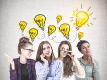 Equipo de mujeres jovenes diverso, ideas brillantes imagen de archivo