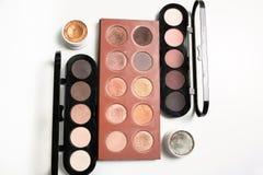 Equipo de paletas profesionales del maquillaje en color desnudo con el ojo poner crema Imagen de archivo