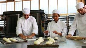 Equipo de panaderos que trabajan junto metrajes