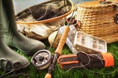 Equipo de pesca de mosca en hierba Imágenes de archivo libres de regalías
