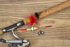 Equipo de pesca en la madera vieja foto de archivo libre de regalías