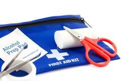 Equipo de primeros auxilios con los accesorios médicos Foto de archivo libre de regalías