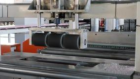 Equipo de producción en la industria, espuma de poliestireno en la máquina en el pulido de proceso en la fábrica metrajes
