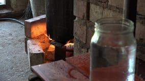 Equipo de producción ilegal del alcohol en el fuego y el producto natural de la vodka 4K metrajes