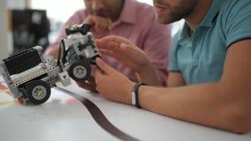 Equipo de profesional que discute la máquina robótica
