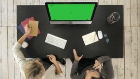 Equipo de proyecto del negocio que trabaja junto en la sala de reunión en la oficina Exhibición verde de la maqueta de la pantall metrajes