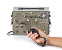 Equipo de radio-aficionado aficionado verde oscuro que se sostiene a disposición en el fondo blanco Fotos de archivo libres de regalías