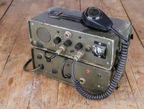 Equipo de radio-aficionado aficionado viejo en la tabla de madera Fotos de archivo libres de regalías