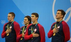 Equipo de retransmisión de relevo de los 4x100m de los hombres de los E.E.U.U. Ryan Murphy (l), Cory Miller, Michael Phelps y Nat Imagen de archivo libre de regalías