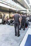 Equipo de Sauber F1 mecánicos La prueba del reemplazo rueda adentro Imágenes de archivo libres de regalías