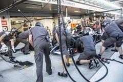 Equipo de Sauber F1 mecánicos Probando la velocidad del reemplazo whee Fotografía de archivo