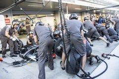 Equipo de Sauber F1 mecánicos Prueba de las ruedas del reemplazo Fotos de archivo