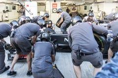 Equipo de Sauber F1 mecánicos Reemplazo de las ruedas Fotografía de archivo libre de regalías